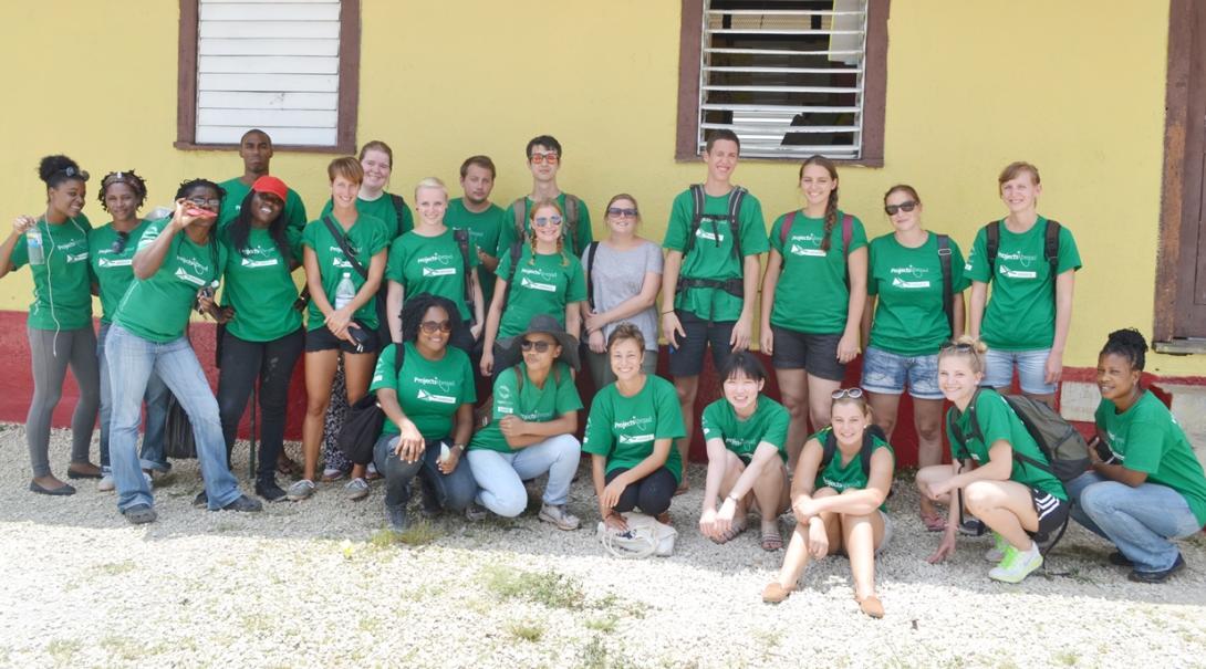 ジャマイカでチャイルドケア活動に取り組む高校生ボランティアたち